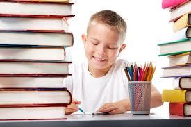 本に囲まれ勉強する子供の写真