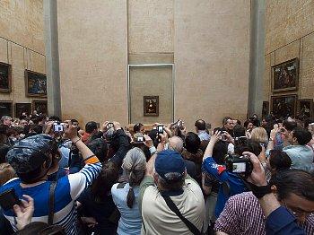 混雑している美術館の様子
