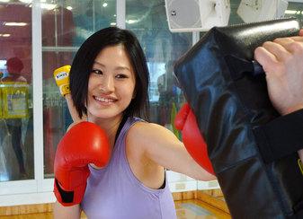 ボクシングエクソサイズをしている若い女性