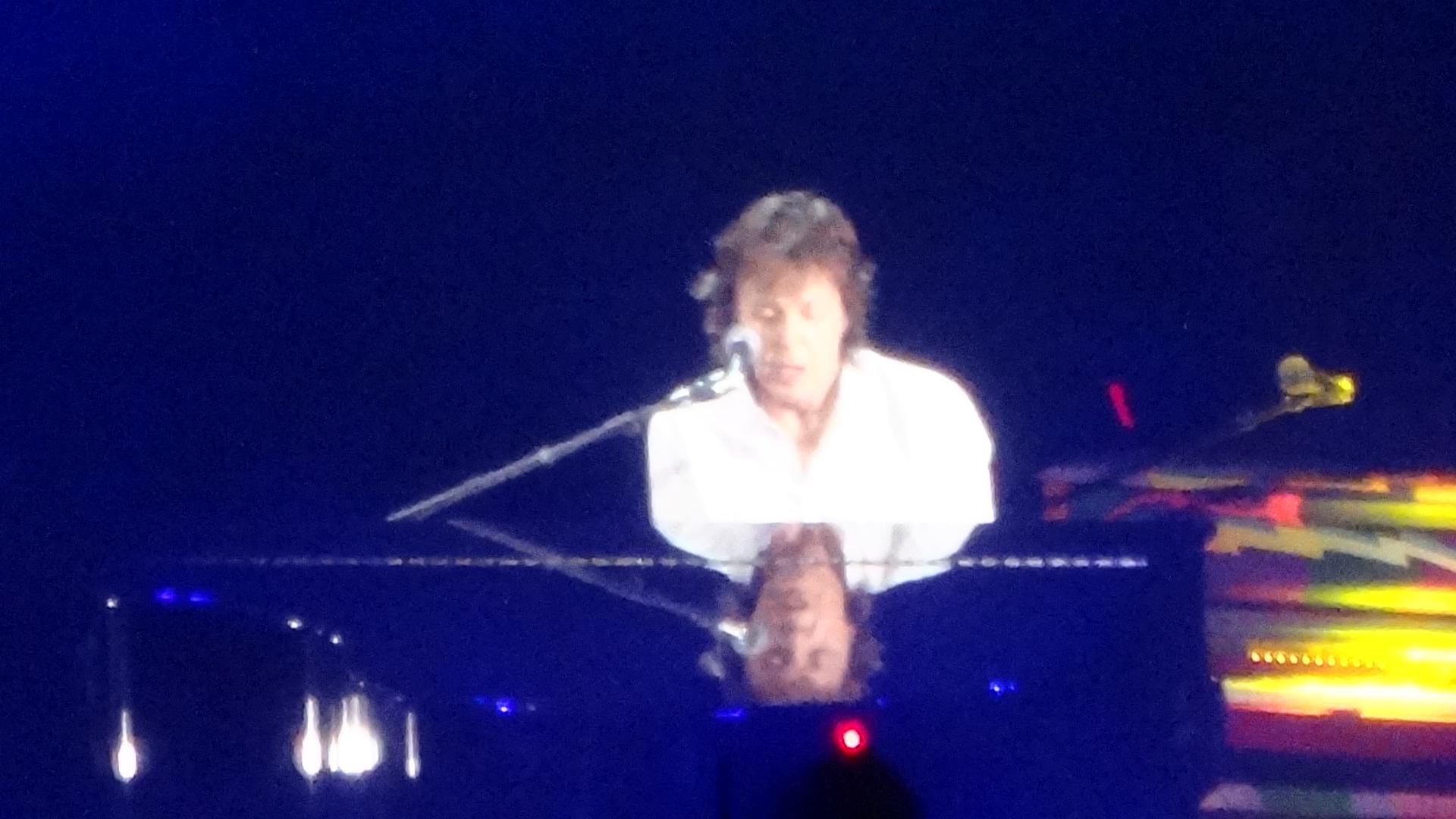 ピアノを弾くポール