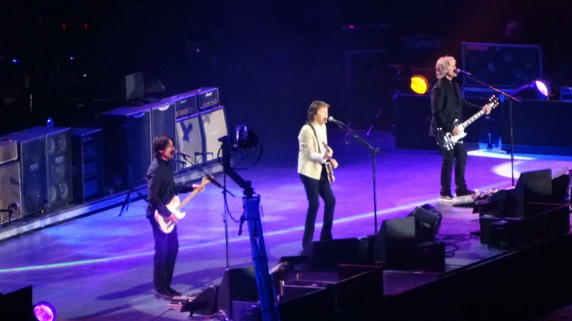 ステージで歌うポールその1