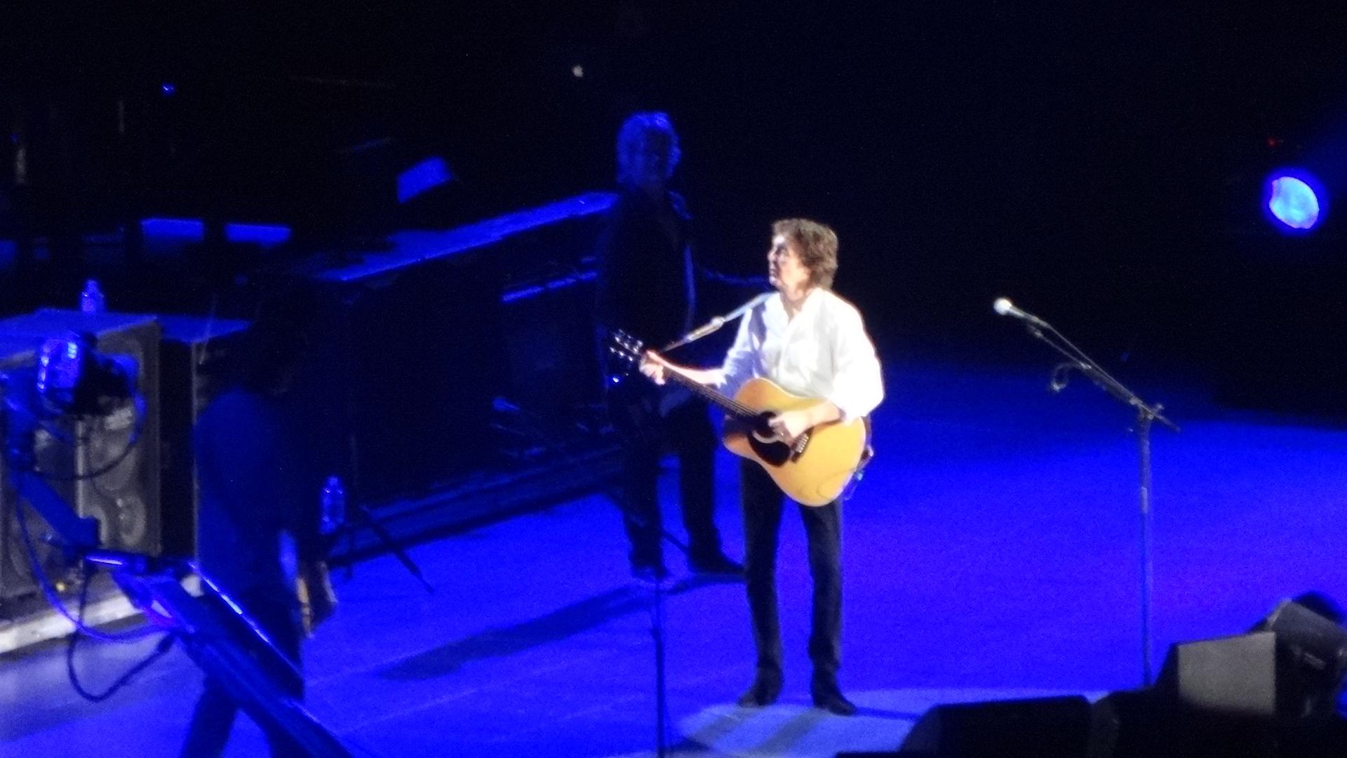 ステージで歌うポールその2