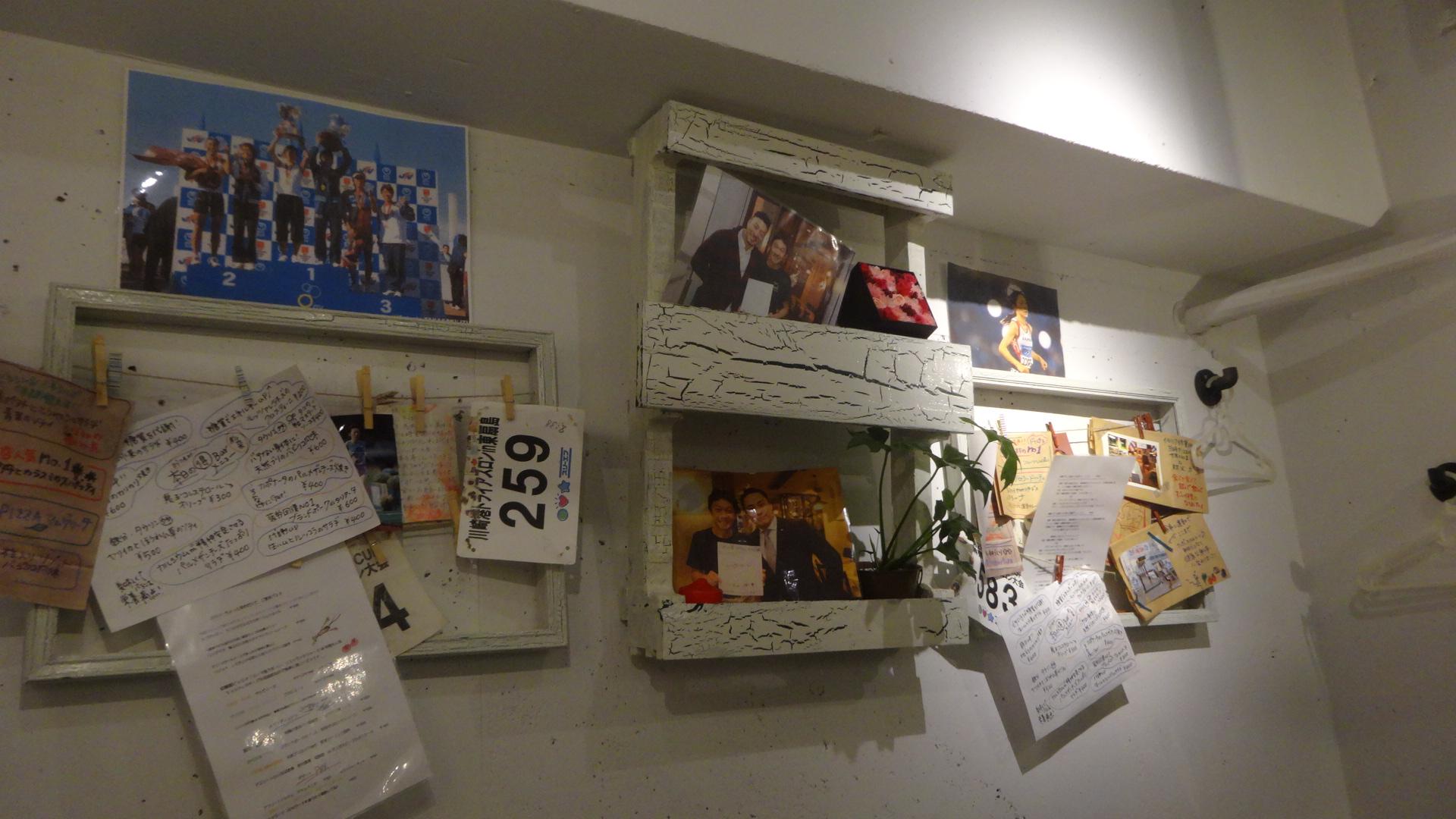 壁に飾ってある友人の有名アスリートの方々と一緒に撮られた写真