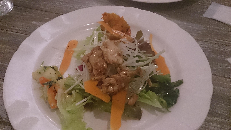 お肉か野菜が載ったサラダ