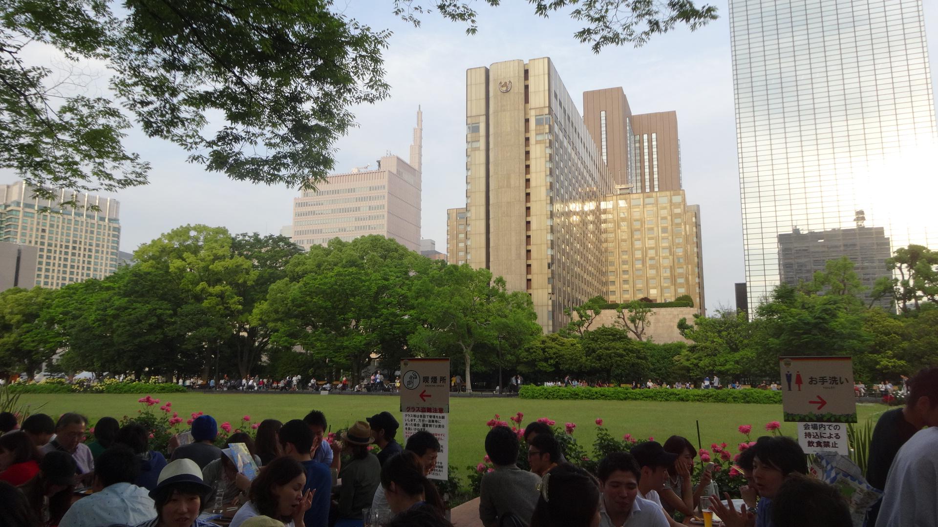新緑と高層ビルのコントラスト
