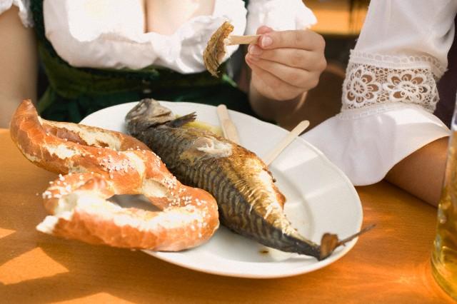 塩がまぶされたプレッツェルと塩焼きの魚