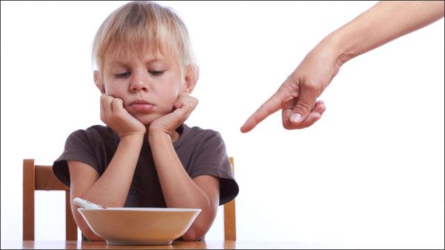 食事に文句を言う子供