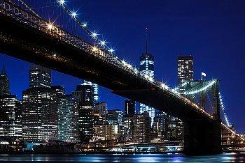 明るい照明に照らされた夜の都会