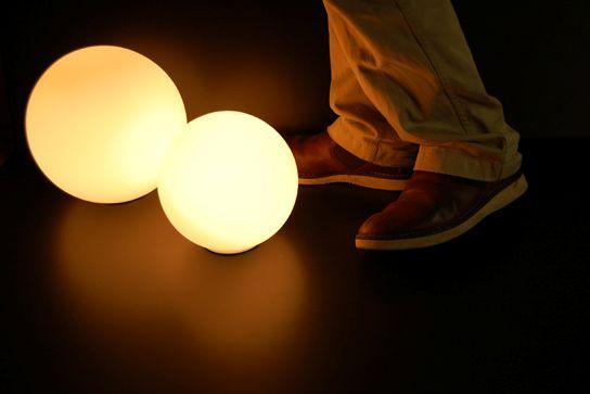 暖色系の光を放つ照明器具