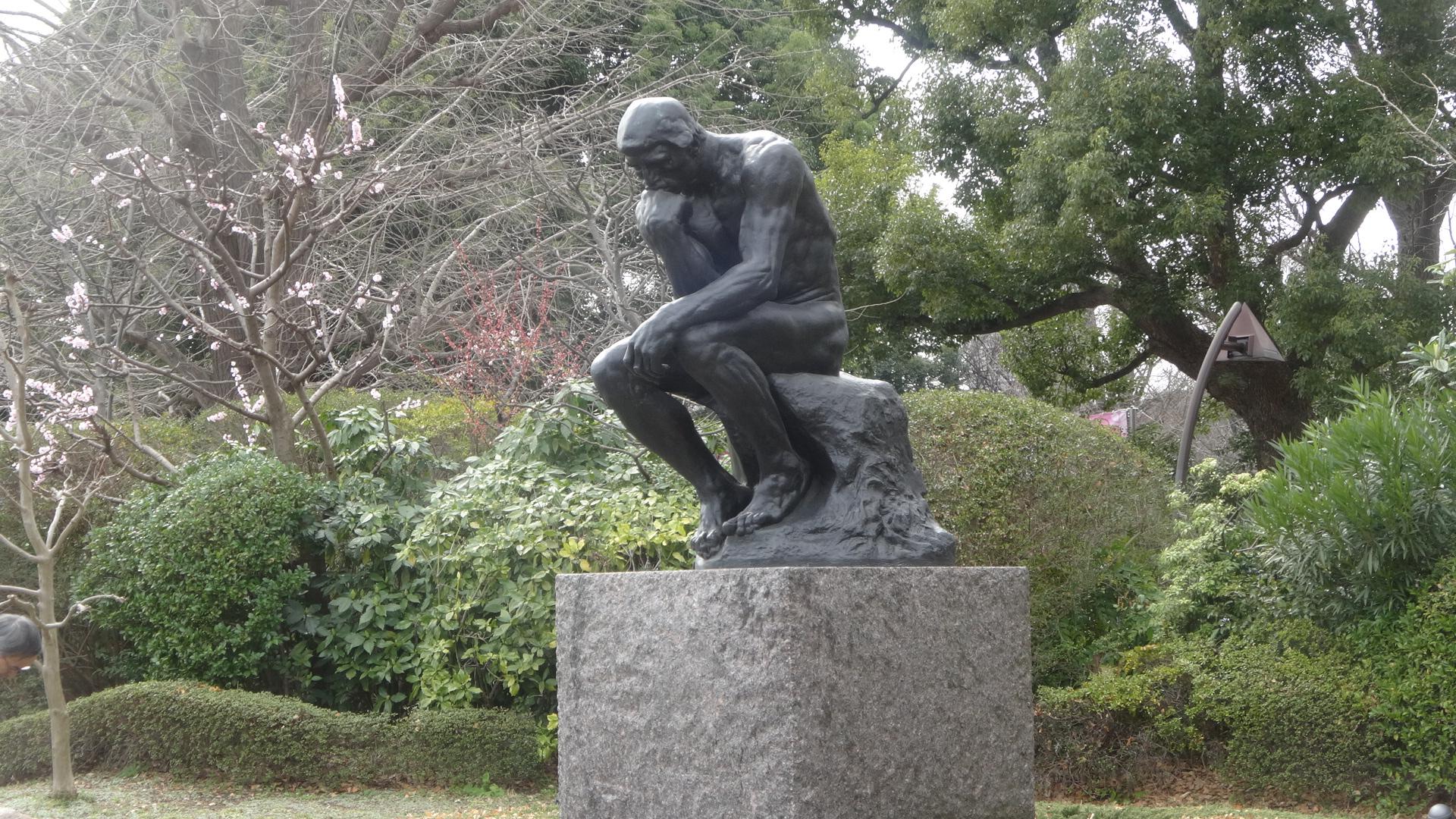 ロダンの考える人の彫像