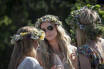 花で編んだ冠をかぶる女性