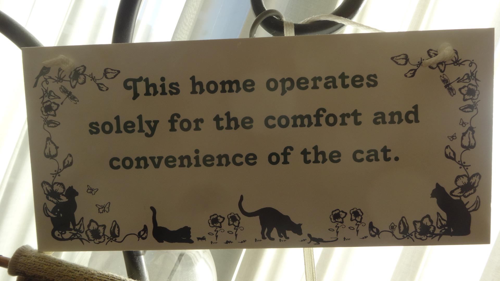 この家でいちばん大事なことはネコが 快適に便利に暮らせることです と書かれた標語