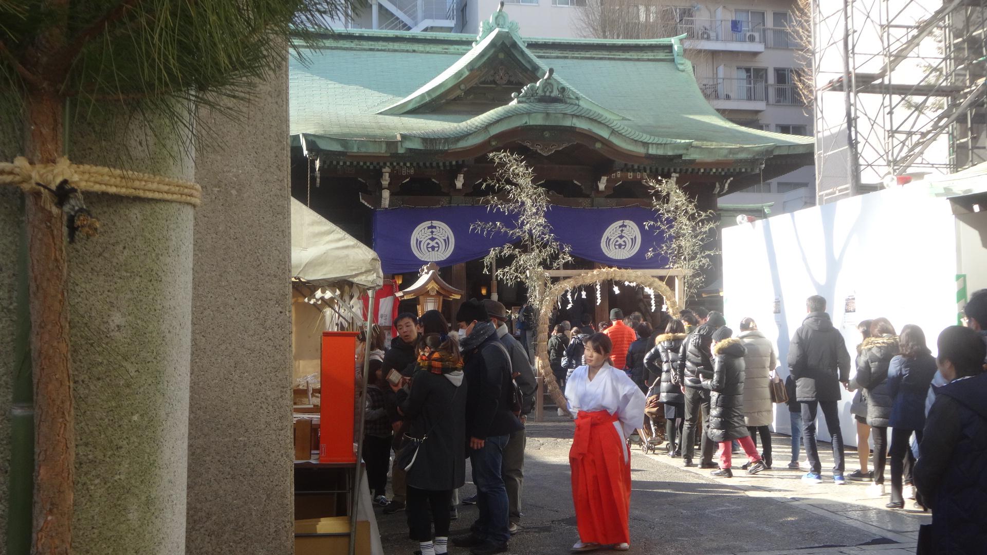初詣客で賑わう鉄砲洲神社