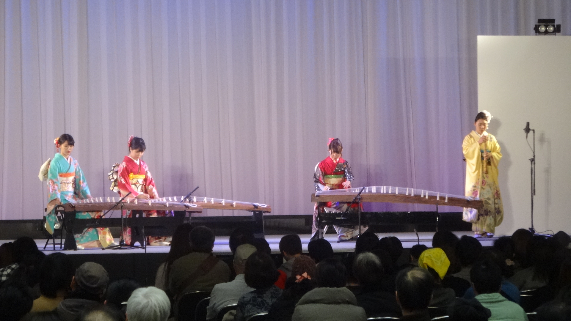 晴れ着の女性たちによるお琴の演奏