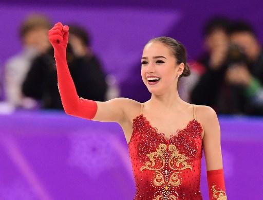 金メダルで喜ぶザギトワ