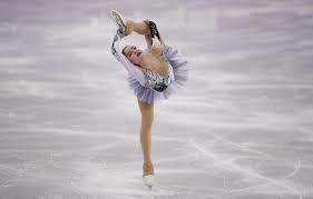 淡い紫と黒の衣装で踊るザギトワ