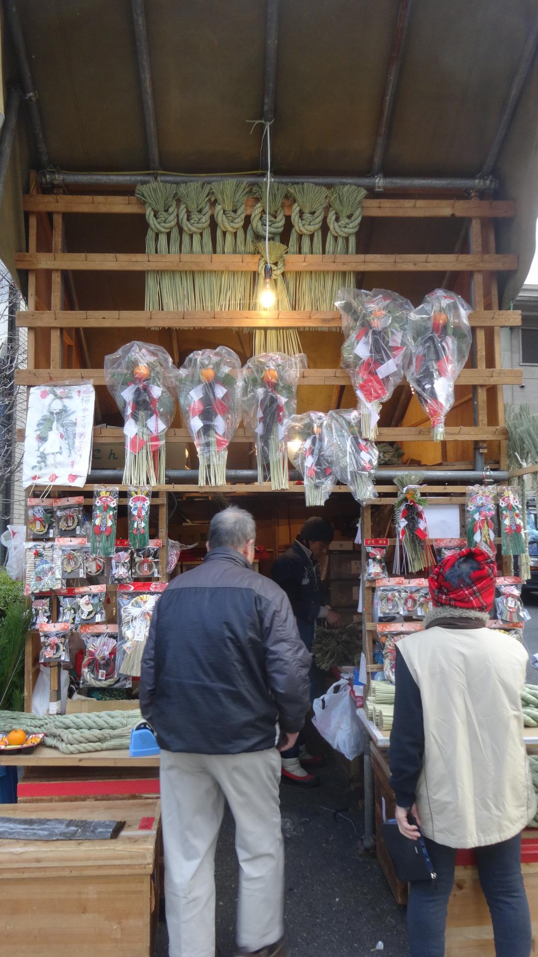 お正月のしめ飾りを売る露店