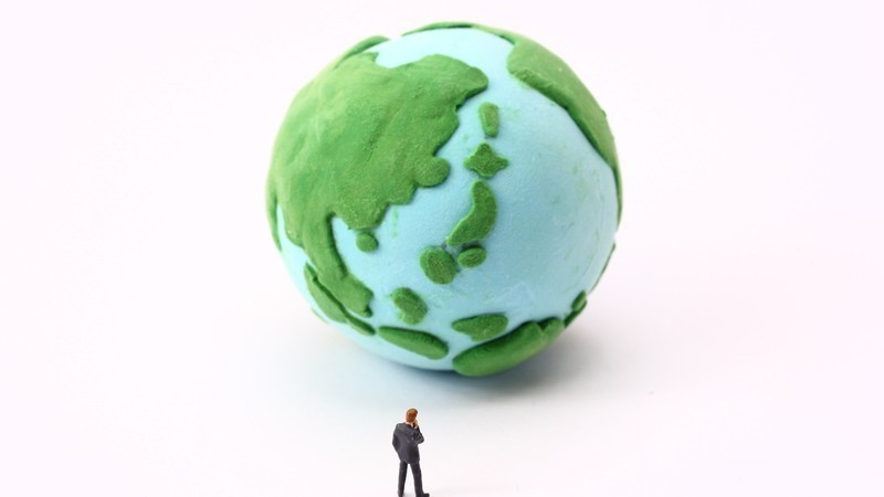 成長が止まった世界を呆然と見つめる人