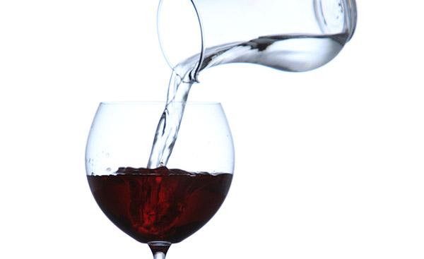 ワインを水で割っている様子
