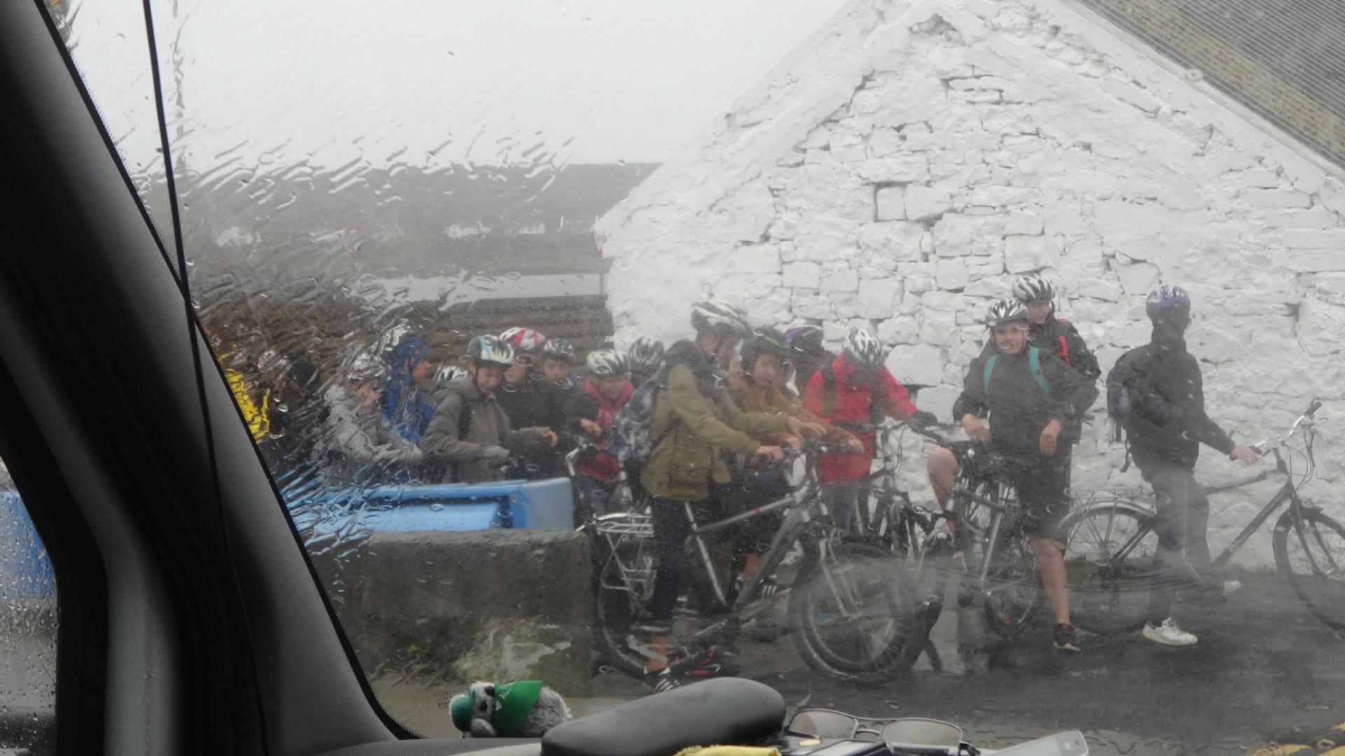サイクリングで島を観光する学生たち