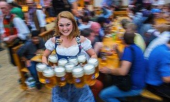 ビールを運ぶ女性の写真