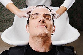 洗髪している男性の画像