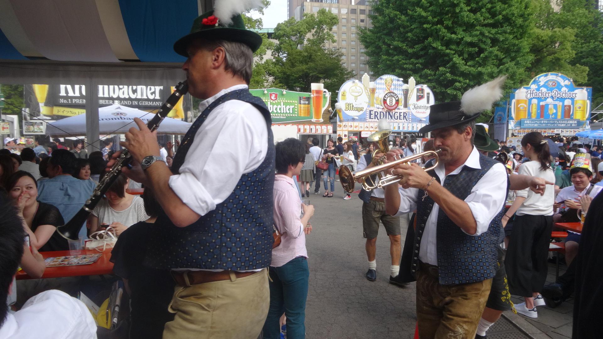 演奏しているブラスバンドの人たち1