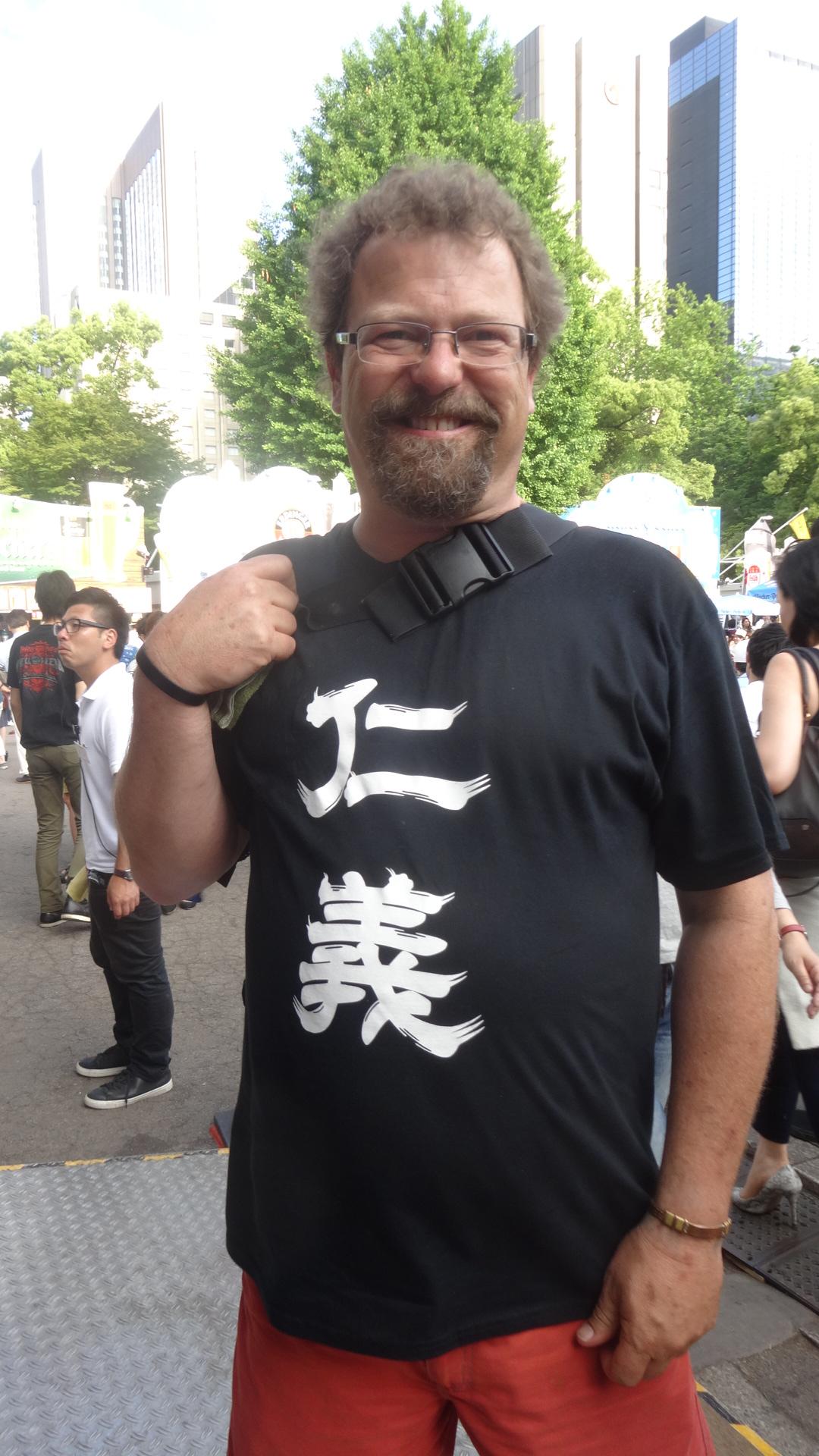 仁義と書かれたTシャツを着たアメリカ人
