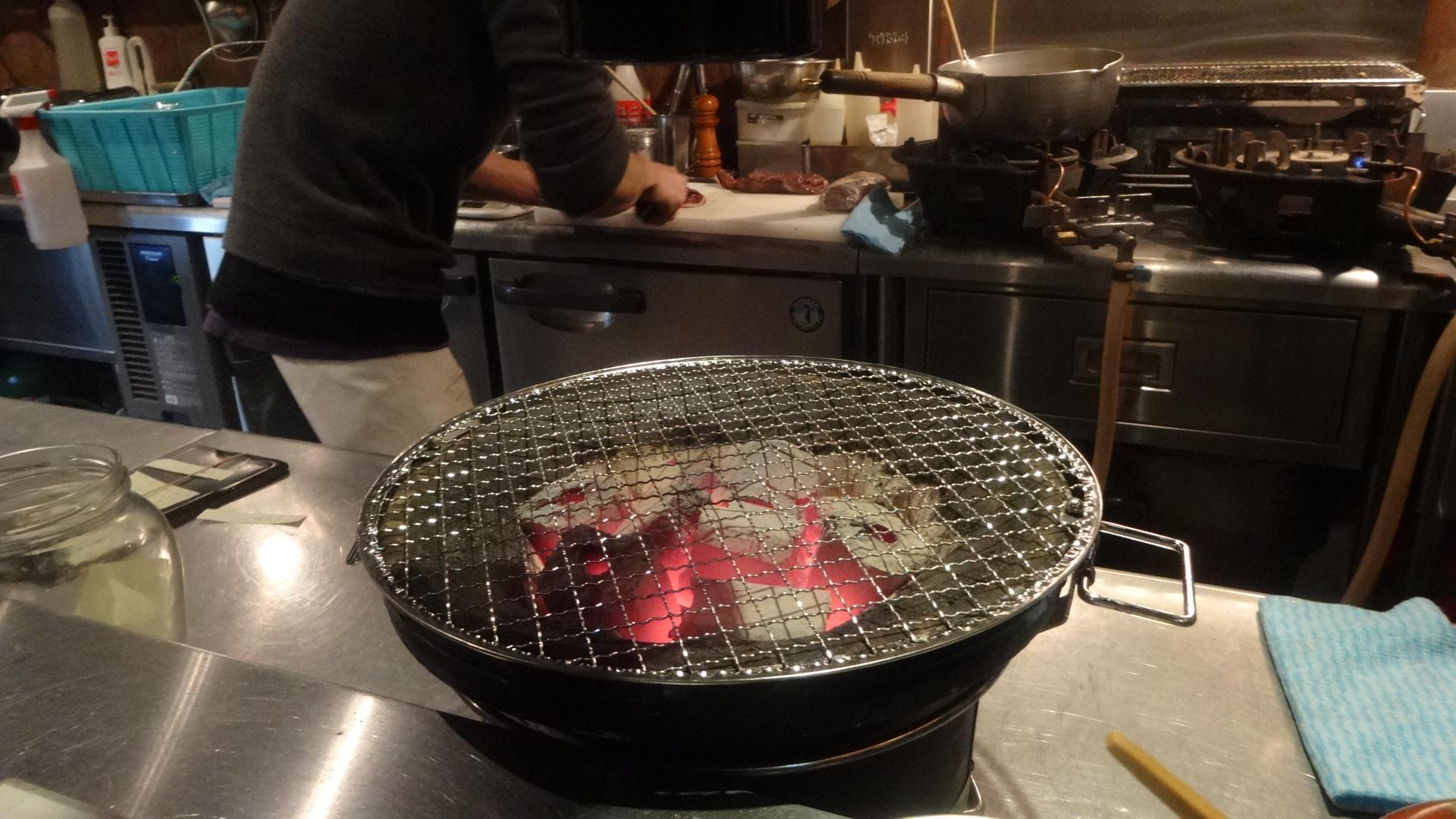 肉を焼いている画像
