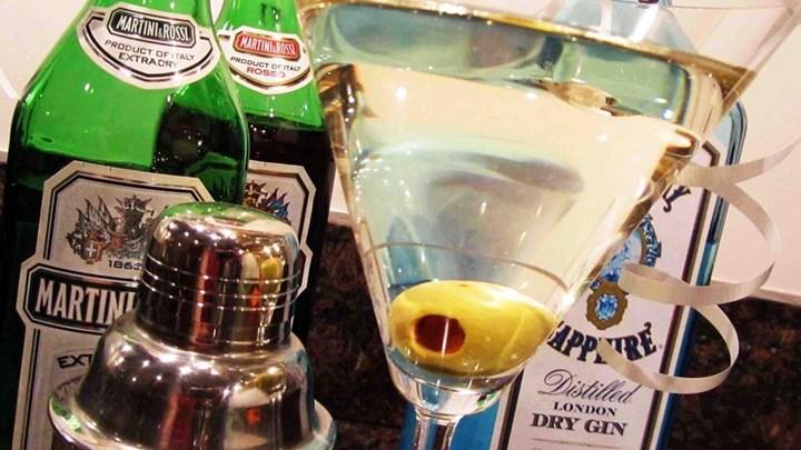 マテイーニのグラスとベルモットの瓶