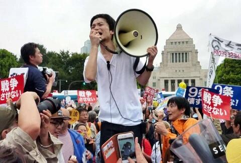 国会前のデモの風景