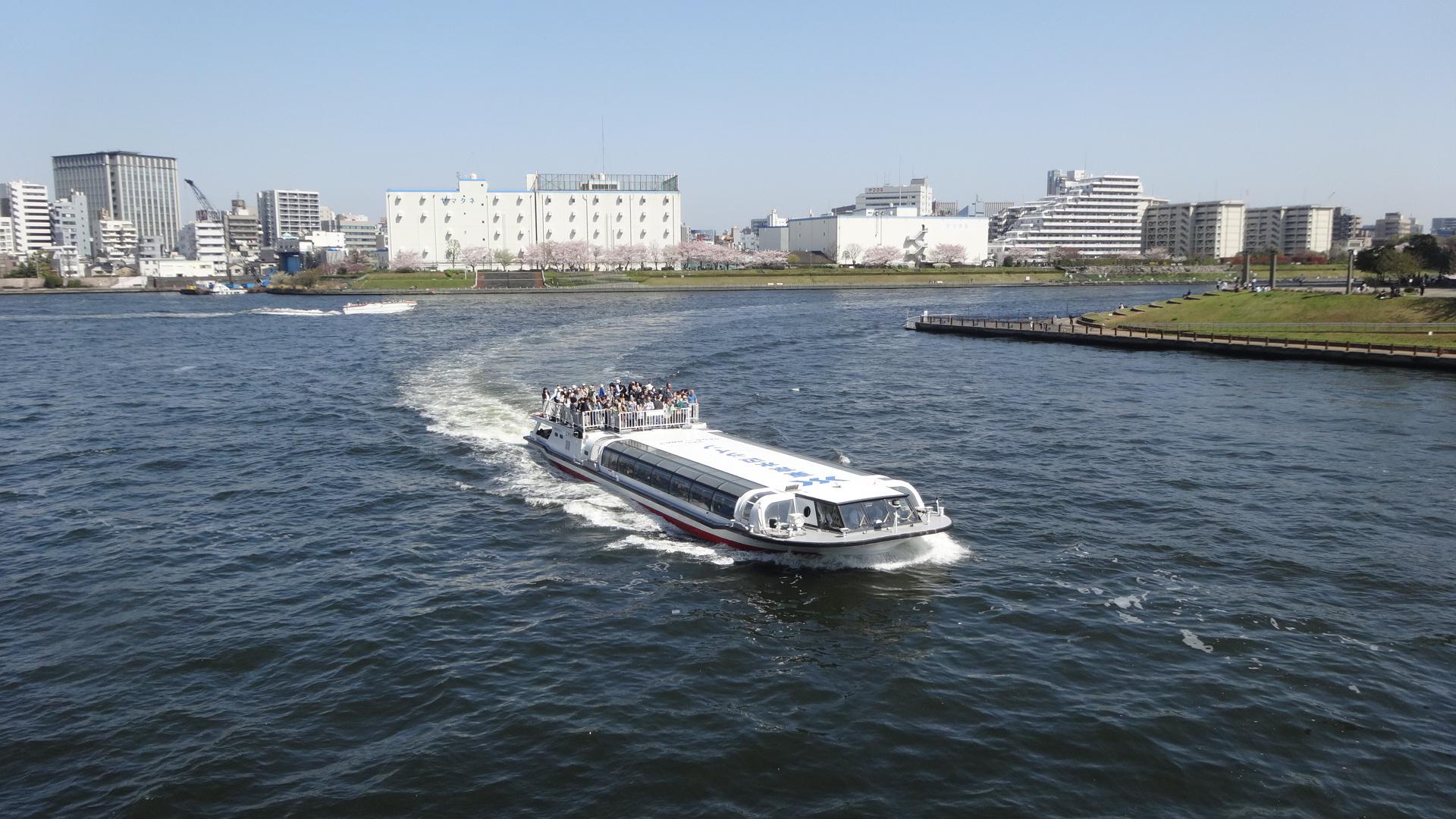 隅田川をいく観光船