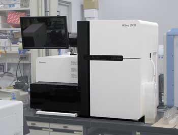 遺伝子解析を行う先端機器の次世代シーケンサ