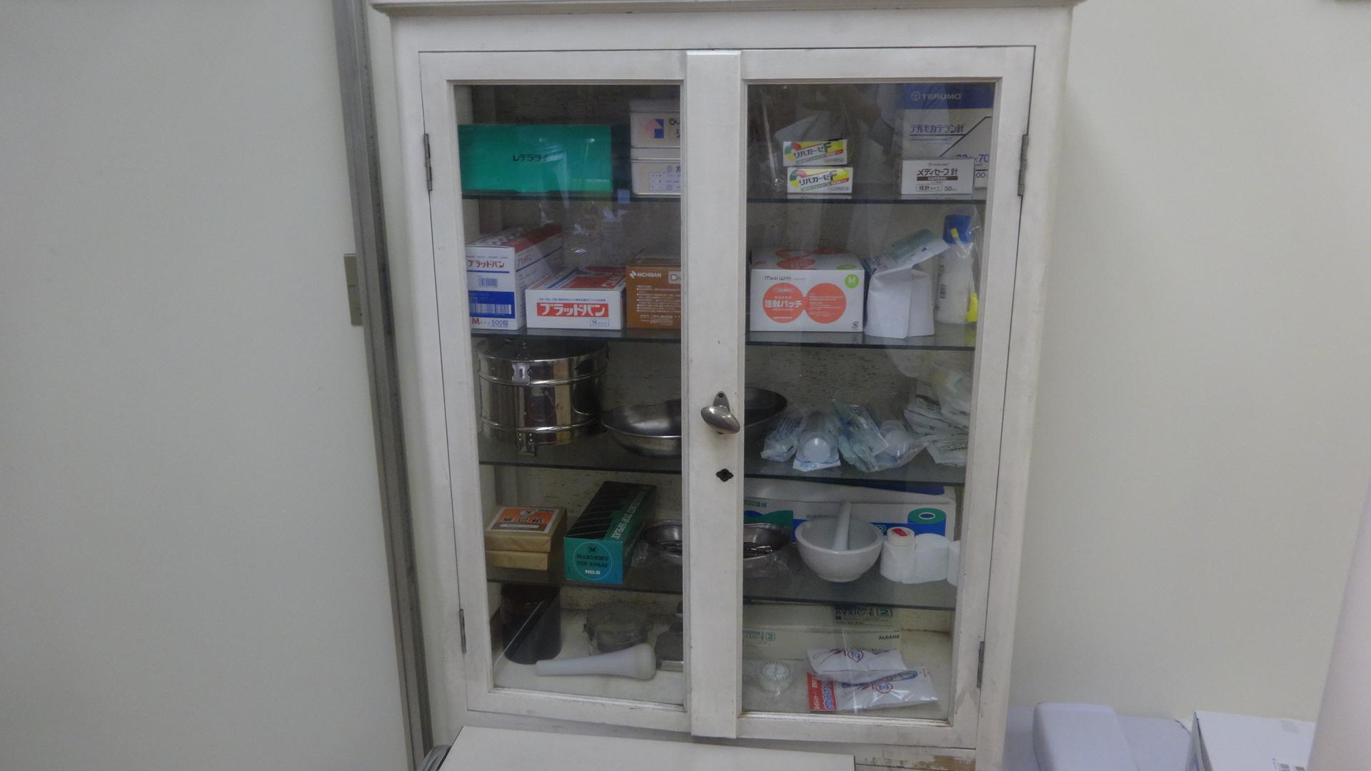 医療器具収納棚 の写真