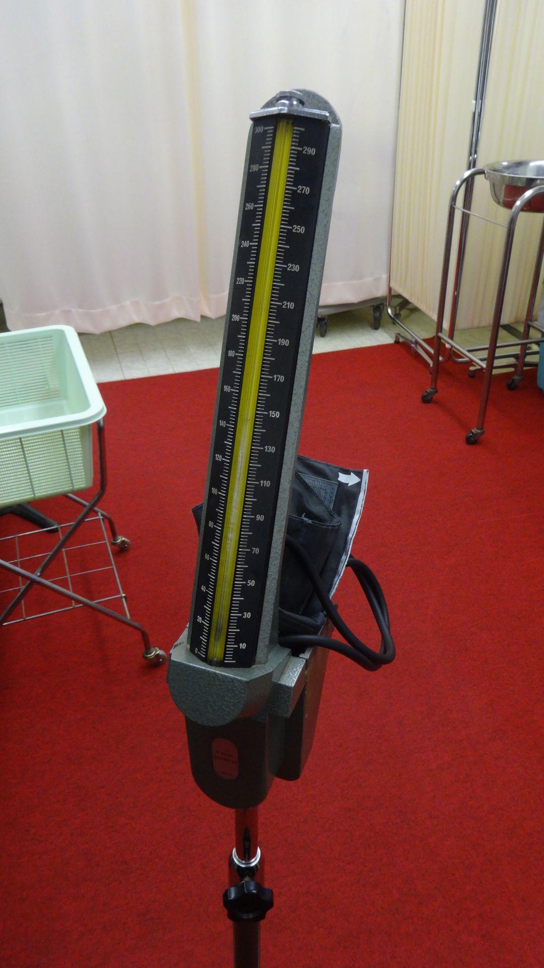水銀柱の血圧計の写真