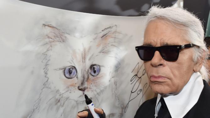 ネコのデザイン画を書くカール・ラガーフェルド