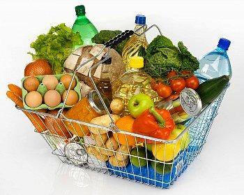食物が沢山入ったスーパーのカゴ