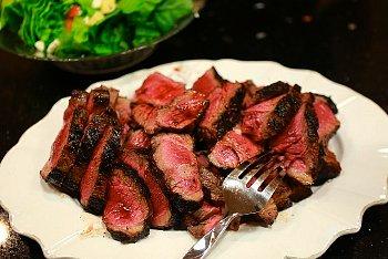 牛肉を食べている人