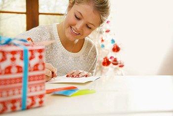 クリスマスカードを書くお母さん