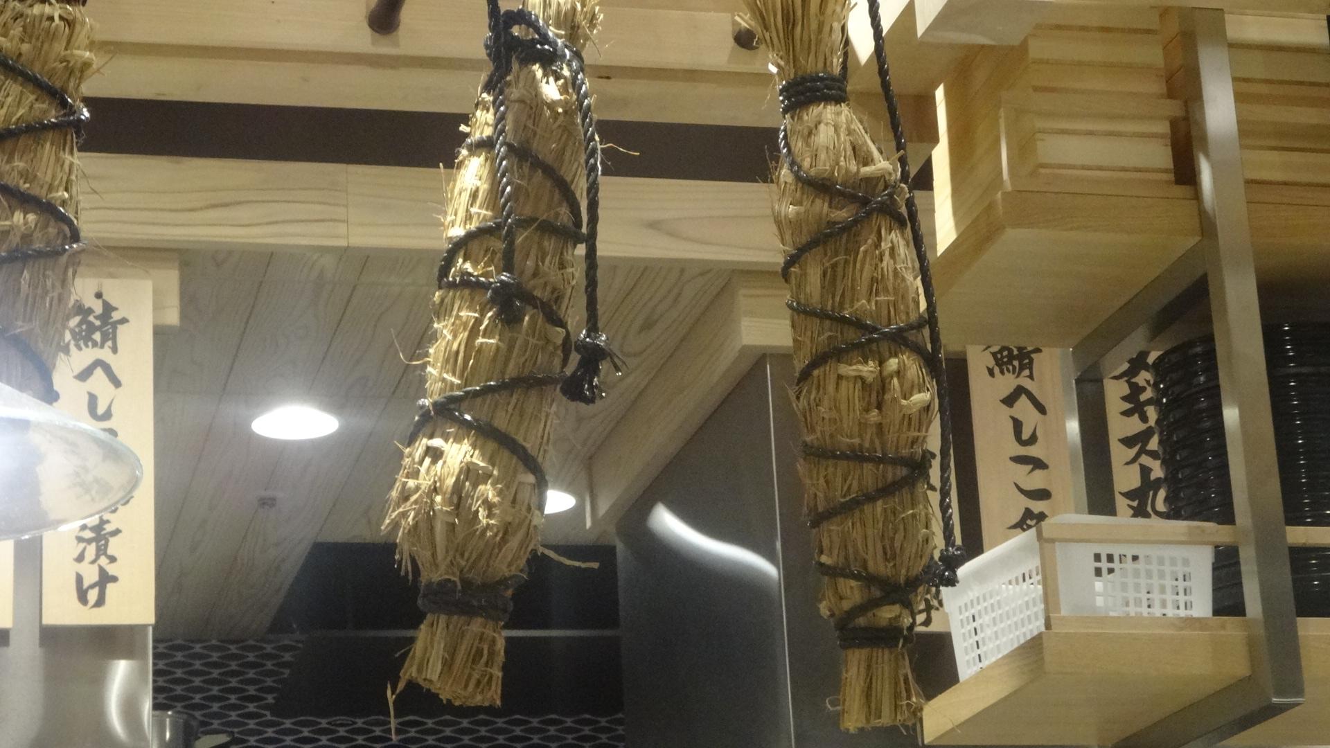 藁で包んで吊るされている魚
