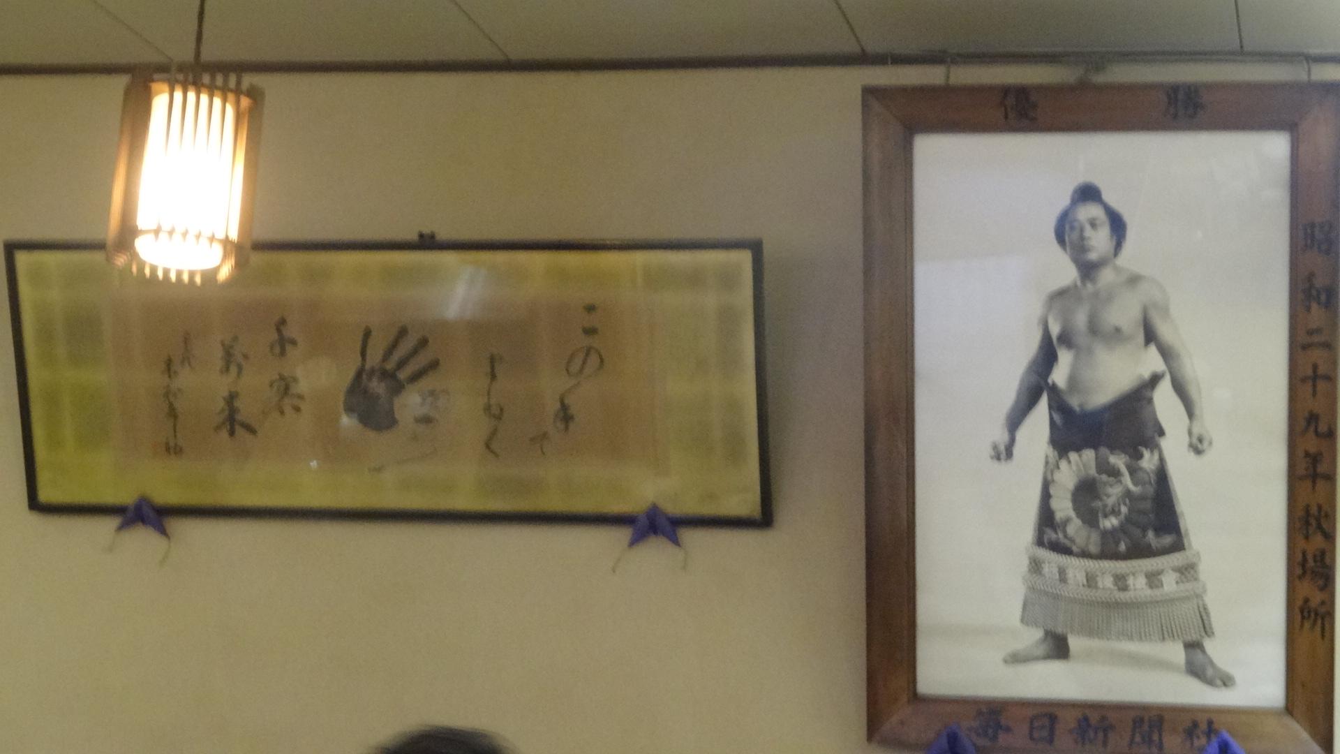 飾られている力士の写真と手形のついた色紙