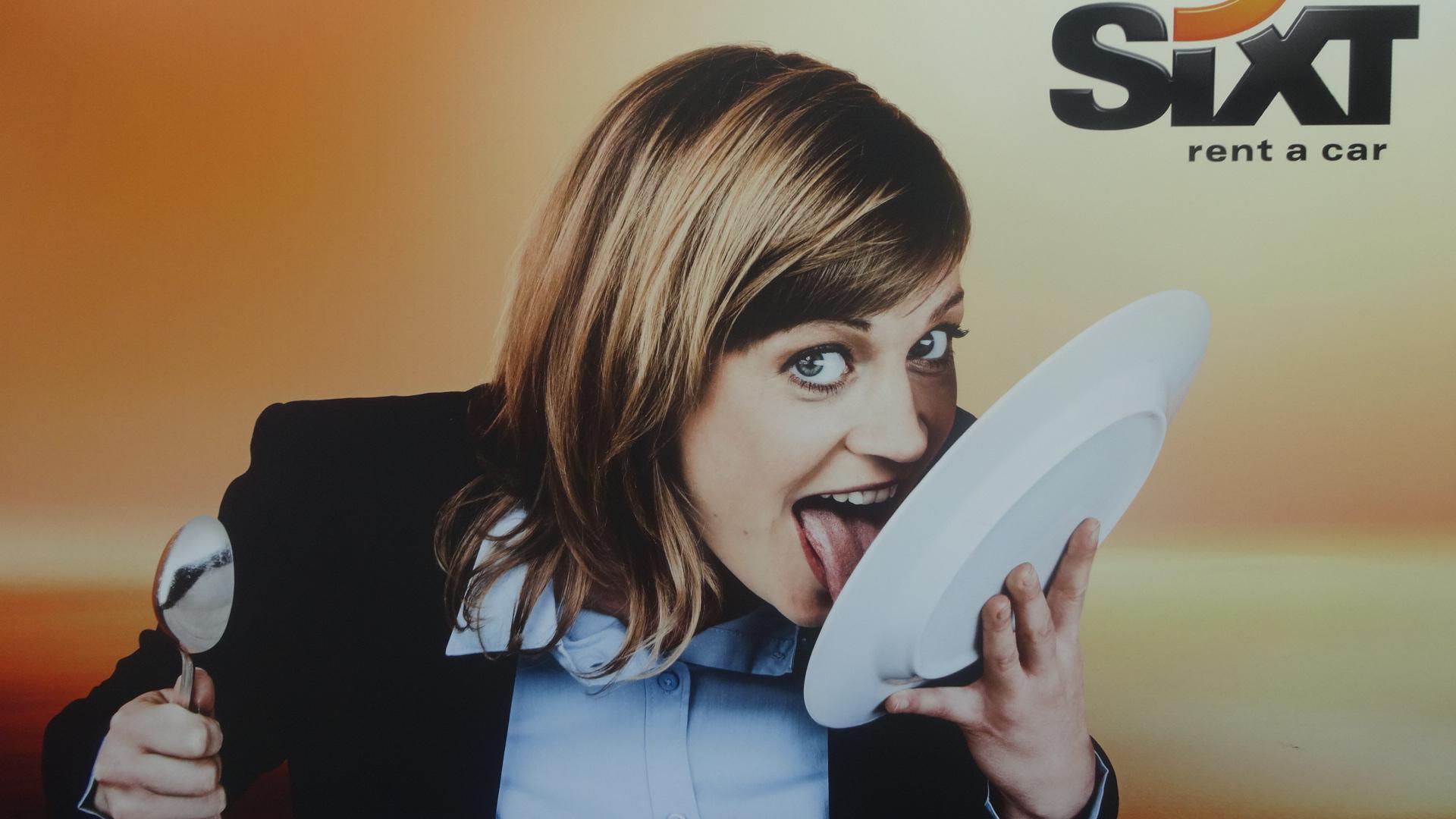 皿を舐める女性のポスター