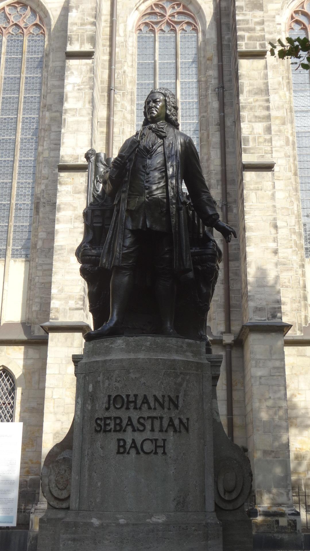 聖トーマス教会の前のバッハの彫像
