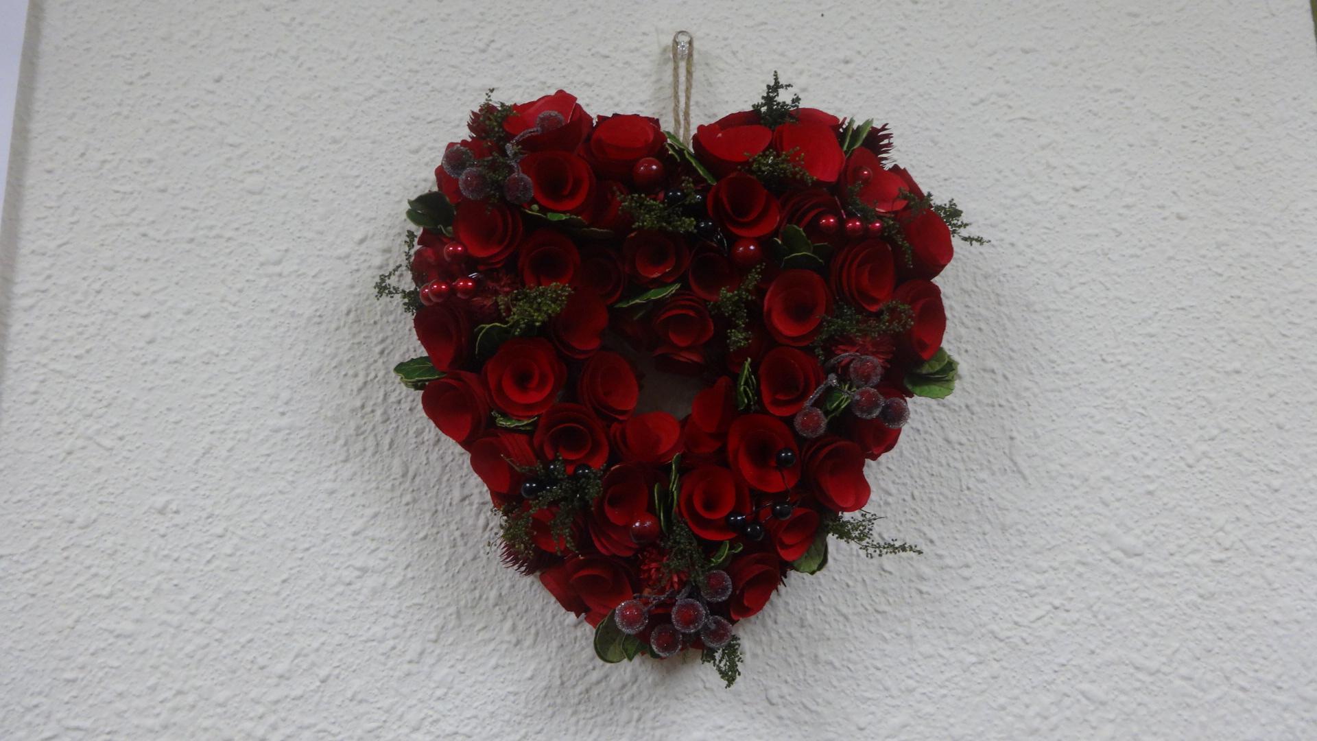 壁に飾られた赤いハート型のお花のオーナメント