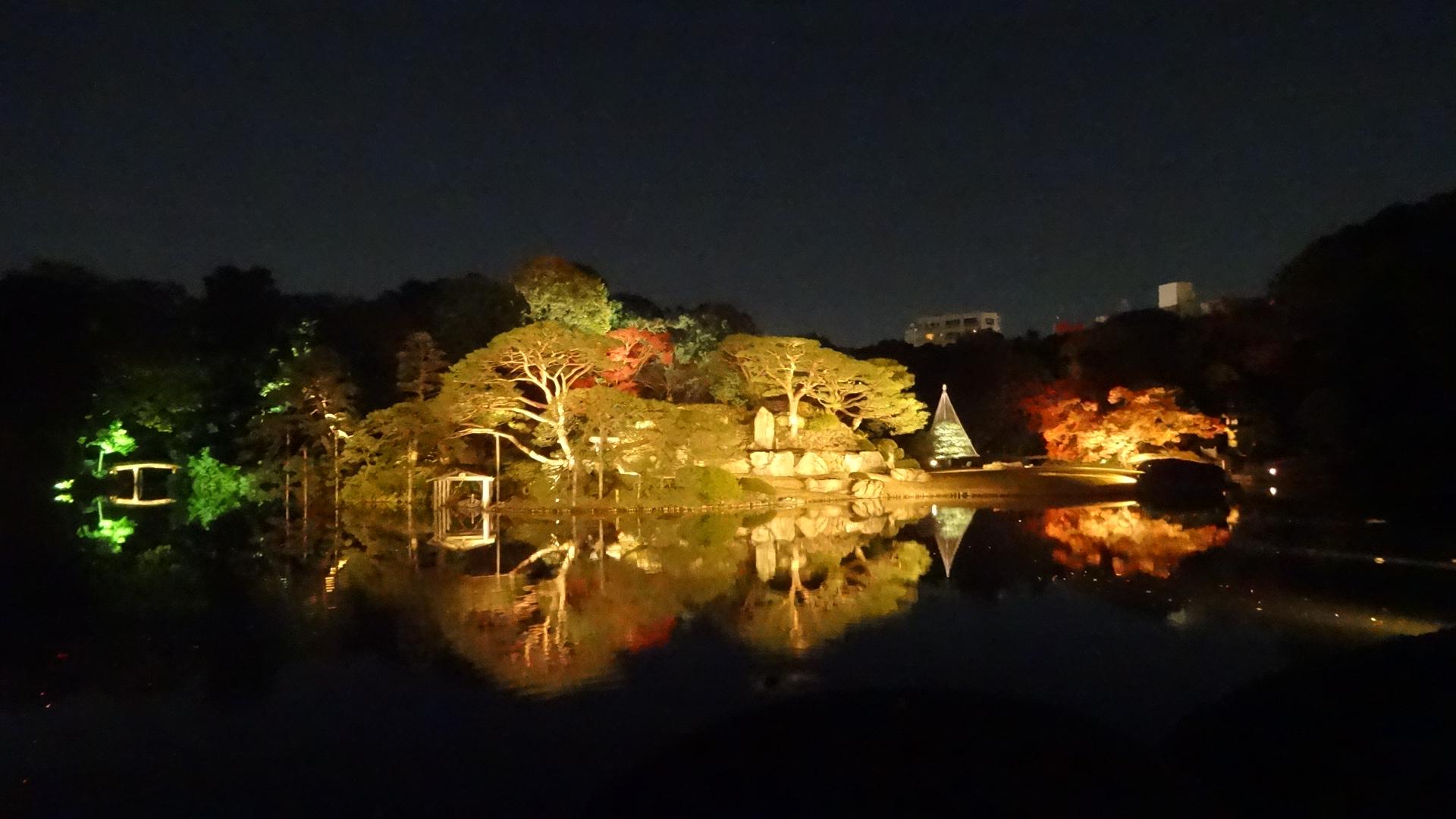 ライトアップされた庭園内の小島1