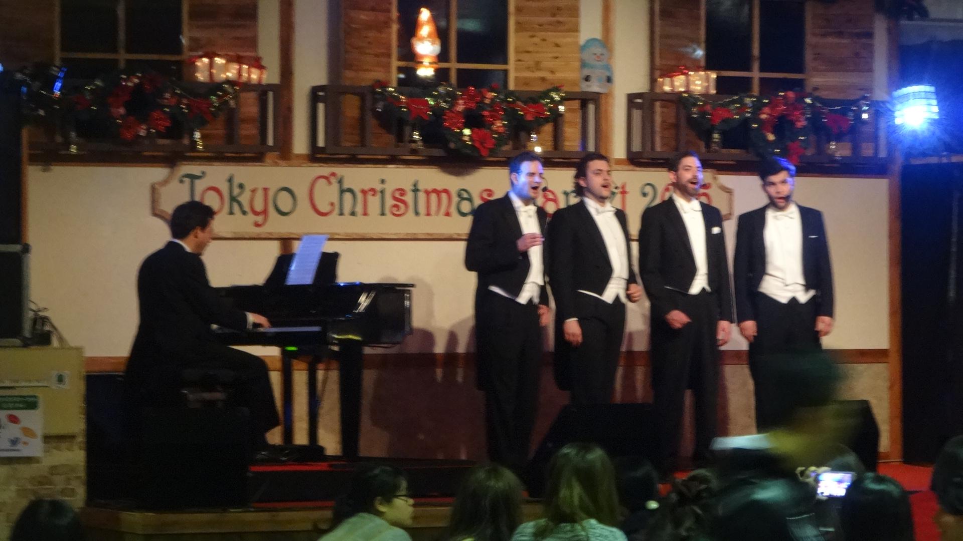 クリスマスソングを歌う男性コーラスグループ