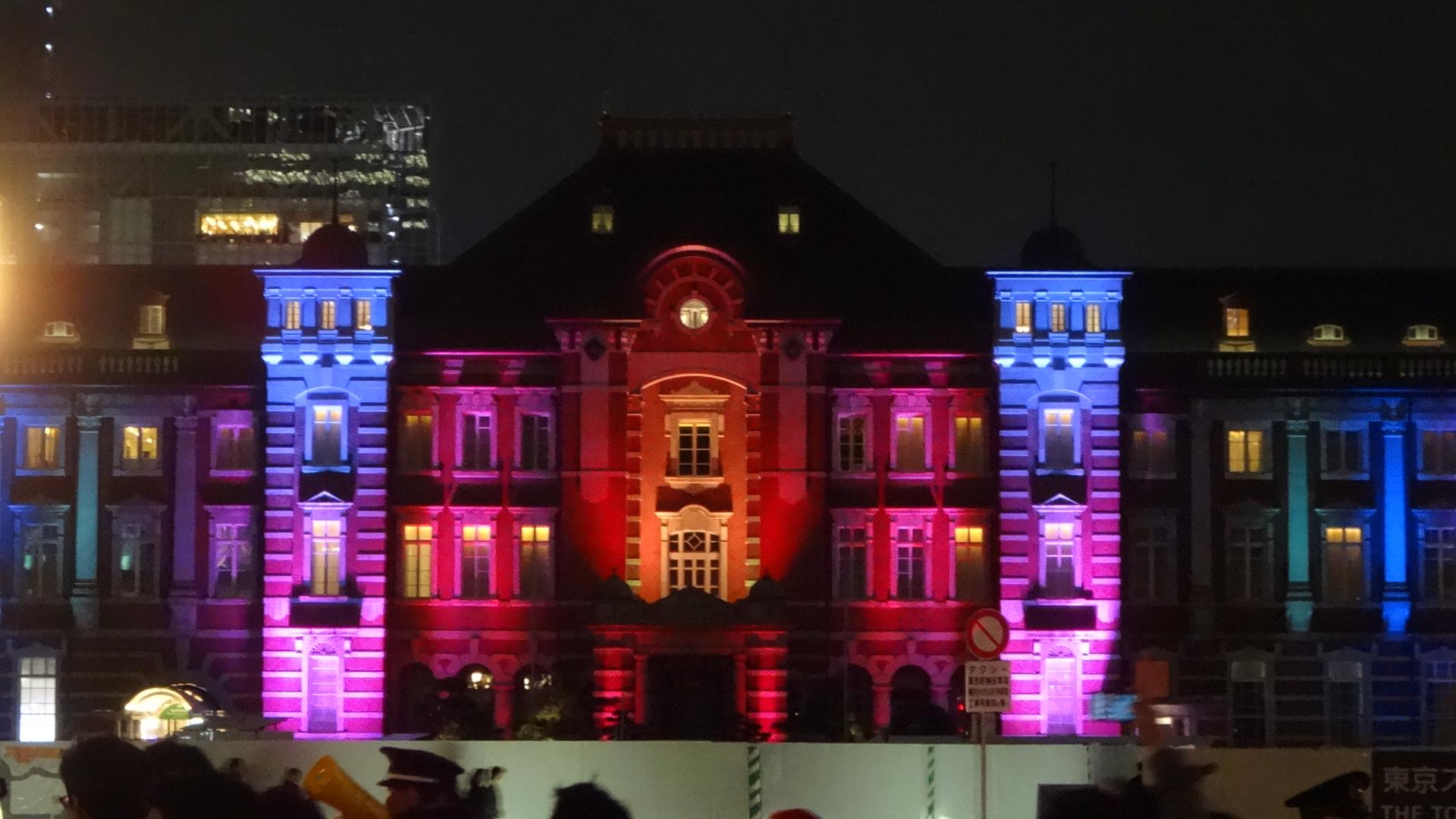 今年の東京駅駅舎のライトアップの写真