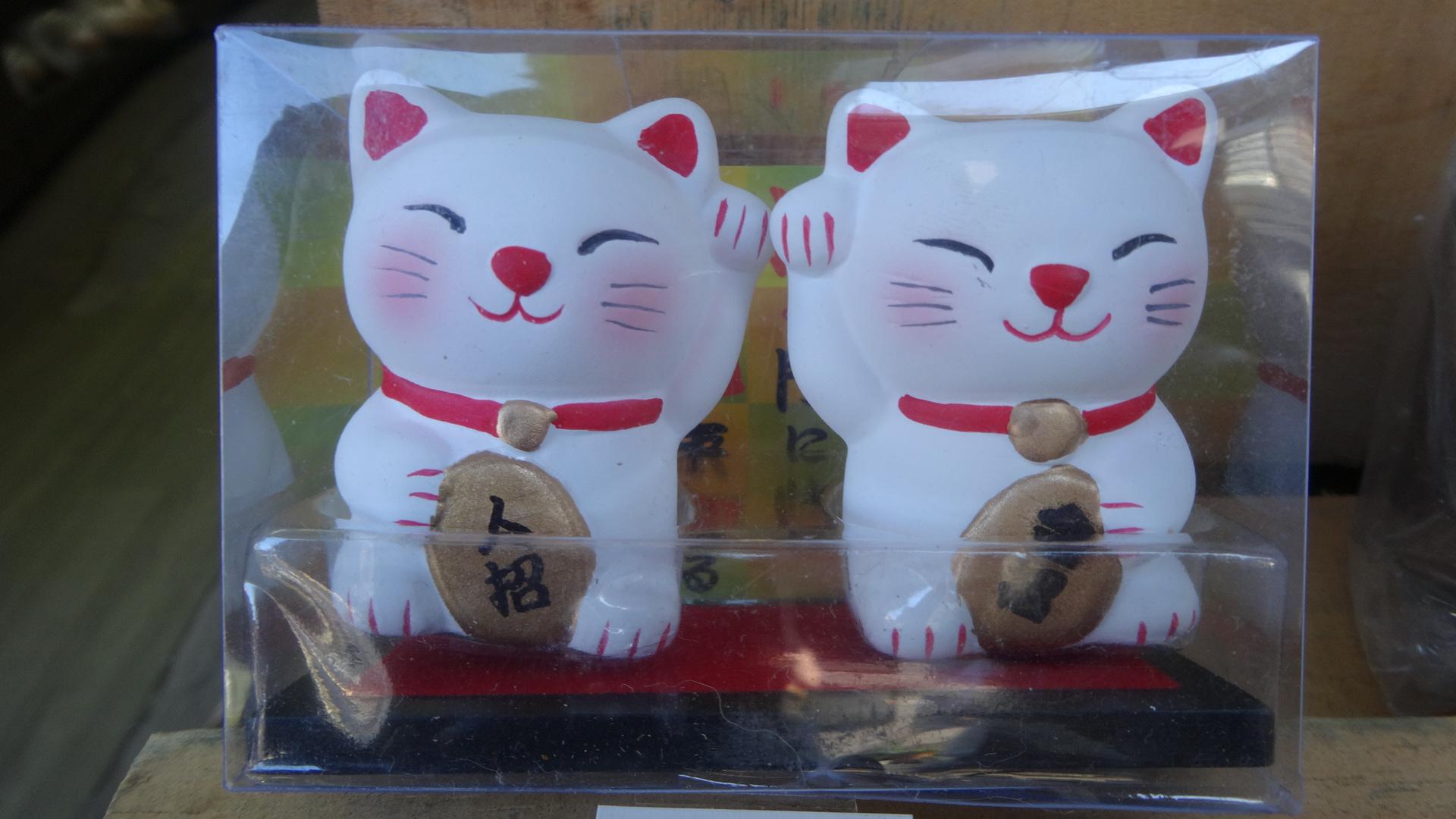 右手を挙げる招き猫 左手を挙げる招き猫1