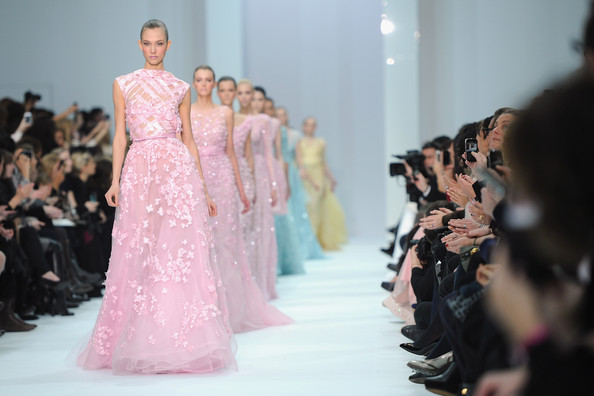 ファッションショーでキャットウォークを歩くモデルさんたち