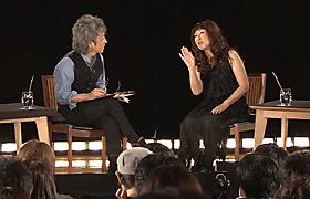 対談する矢野顕子と佐野元春
